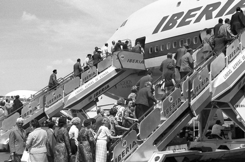 "ESPAÑA EMIGRACIÓN: MADRID, 30/05/1973.- Un grupo de emigrantes embarca en el Boeing 747 de Iberia denominado ""Calderón de la Barca"", antes de partir rumbo a su destino. EFE SPAIN EMIGRATION: MADRID, 30/05/1973.-a group of migrants embarked on the Boeing 747 of Iberia named ""Calderón de la Barca"", before heading to your destination. EFE /apj"